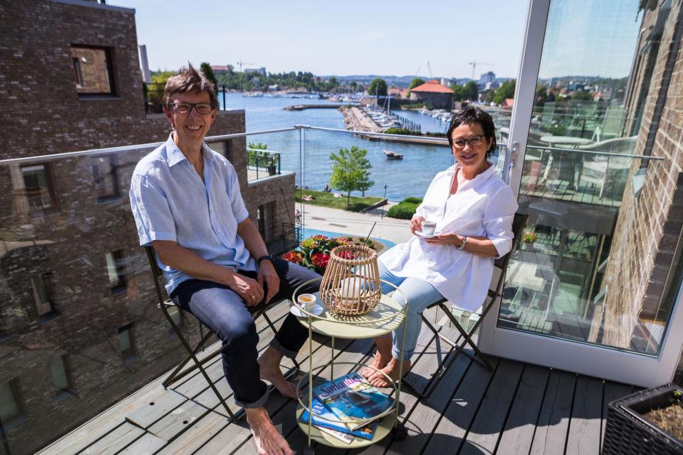 BYHYTTE: Bjarne Neerland og kona Johanne trives i byhytta på Bystranda i Kristiansand, med umiddelbar nærhet til «alt».