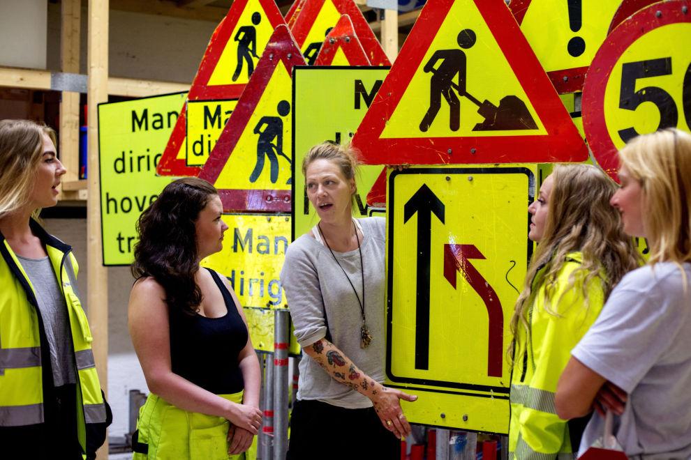 RINGER SELV: Dersom du ikke betaler regningen til Cecilie Vik (i midten) og Trafikk-Jentene får du til slutt henne selv på tråden – i blid utgave. Det fungerer, er hennes erfaring.