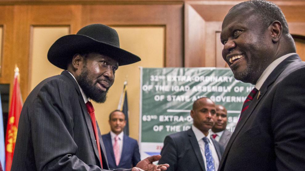 Sør-Sudans president Salva Kiir (til venstre) og opprørsleder Riek Machar under fredssamtaler i Addis Abeba i Etiopia 21. juni.