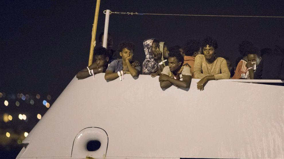 Mennene om bord i Frontex-skipet Protector venter på å gå i land i havnebyen Pozzallo på Sicilia etter at flere EU-land lovet å ta imot asylsøkere fra båten.