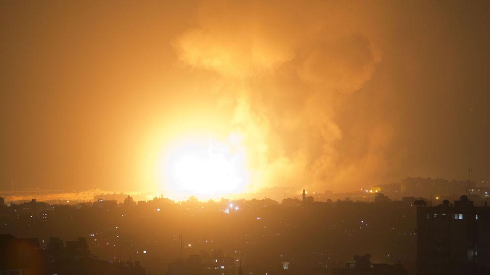 En av eksplosjonene forårsaket av Israels bombing av Gaza by onsdag kveld.