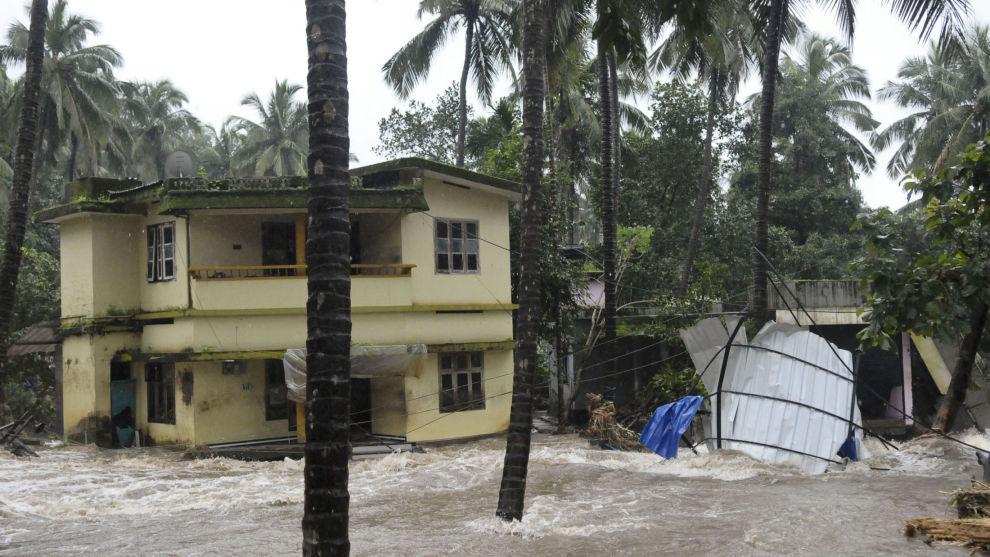 22 personer har omkommet og tusenvis av andre er evakuert etter at massivt regn har utløst skred og oversvømmelser i Kerala i India.