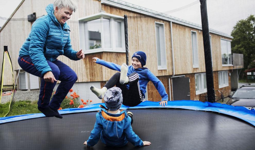 LANDET PÅ BEINA: Takket være statlige tilskudd og lån fikk Sissel Kjøglum og samboeren landet den omfattende oppussingen. De og barna Iver (4) og Torstein (10) trives i det renoverte huset.