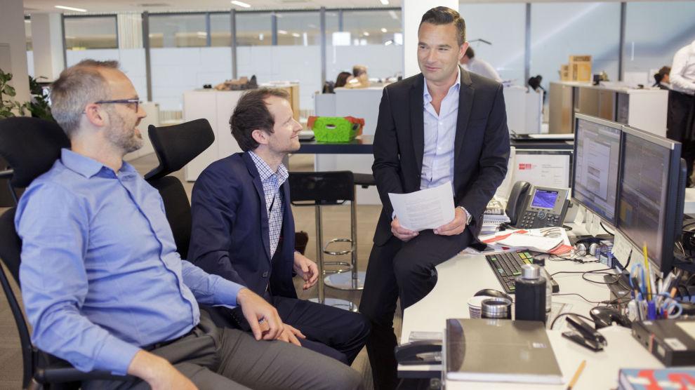 FORVALTEREN: Forvalter Andreas Poole (sittende til høyre) styrer plasseringene til fondet. Her sammen med kollegene Lars Qvigstad Sørensen: og Henrik Wold Nilsen.