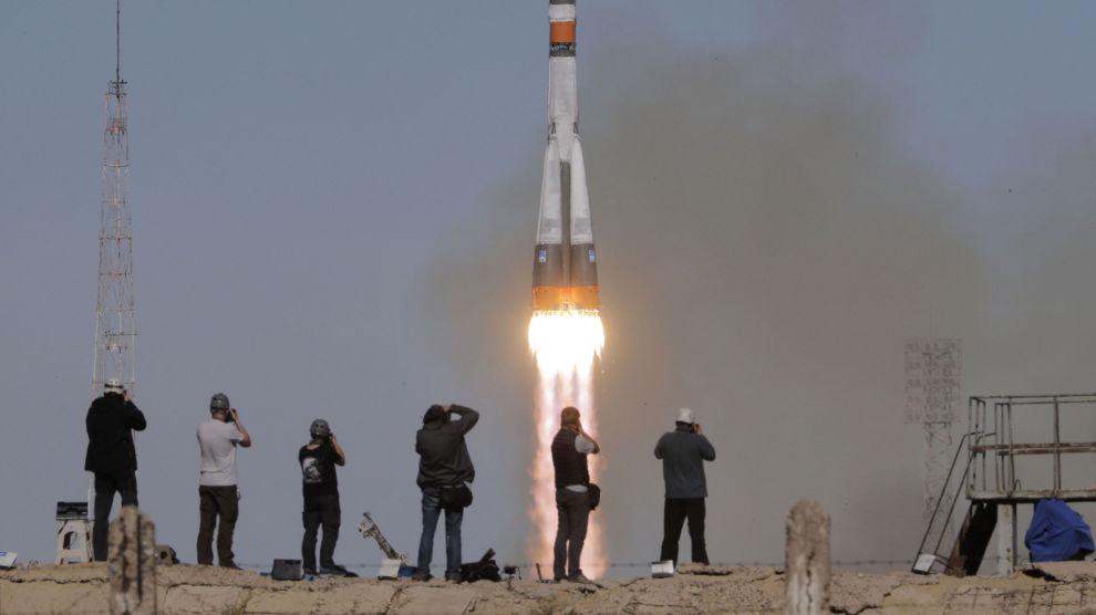 Amerikanske Nick Hague og russiske Aleksej Ovtsjinin måtte torsdag avbryte ferden mot Den internasjonale romstasjonen. Dette bildet ble tatt i det Sojuz-raketten ble skutt opp.