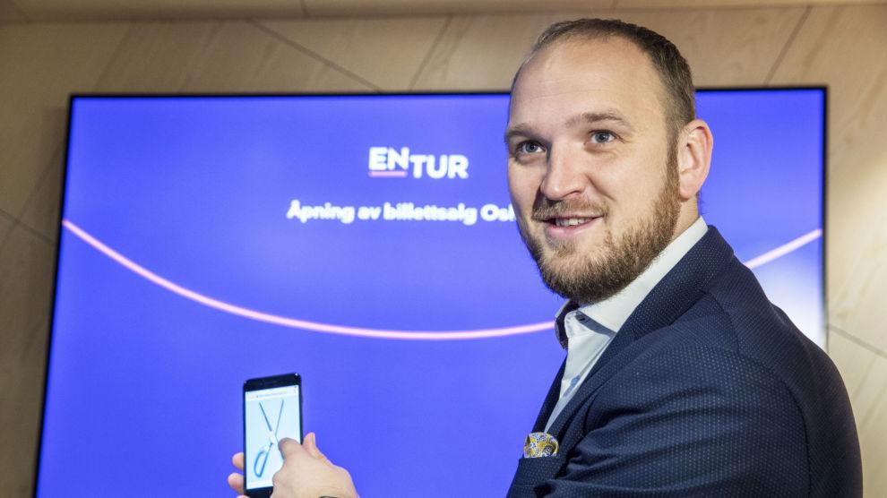 Samferdselsministere Jon Georg Dale (Frp) åpnet torsdag morgen Enturs nye billettområde på Oslo S. Med en digital saks klippet han over snora på skjermen.