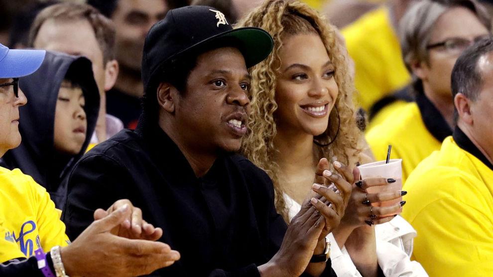 Beyoncé og Jay-Z på basketballkamp i California. På valgdagen tirsdag minnet popstjernen om at man ikke kan klage over tilstanden i landet om man ikke stemmer og gjør en innsats for endre på situasjonen med de midlene man har som velger.