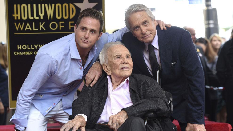 Tre blad Douglas på Hollywood Walk of Fame. Michael Douglas (til høyre) hadde meg seg skuespillersønnen Cameron og skuespillerfaren Kirk da han ble hedret med en stjerne på fortauet tirsdag.