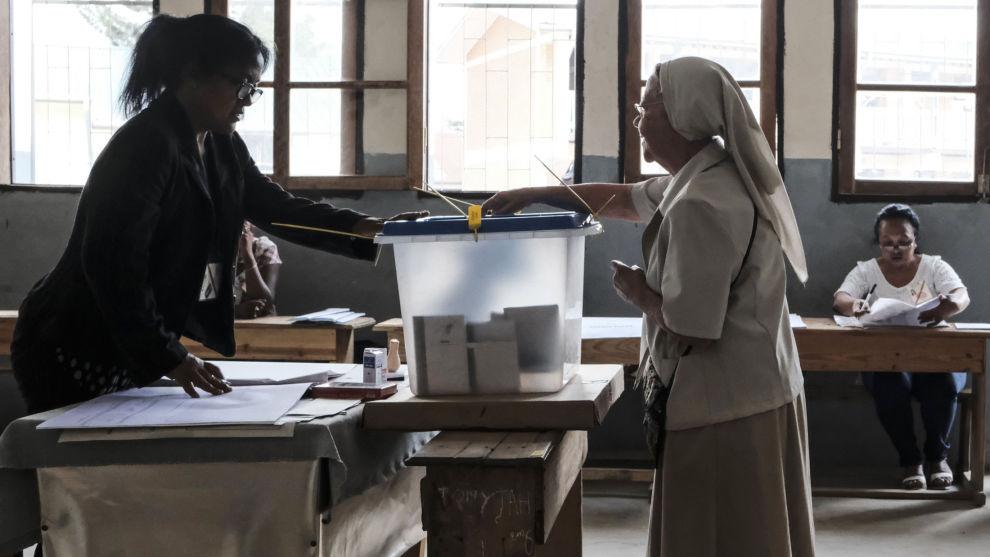 En velger avgir sin stemme i et valglokale i Madagaskars hovedstad Antananarivo.