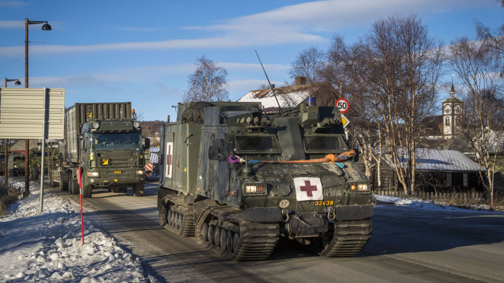 NATO-øvelsen Trident Juncture er over etter to uker med militære øvelser over hele landet. Statens vegvesen ber nå bilister om å være obs på store mengder med militære kjøretøy som skal kjøre i kolonner ut av landet i løpet av de neste fire ukene. Her en militær kolonne gjennom Røros sentrum lørdag 27. oktober.