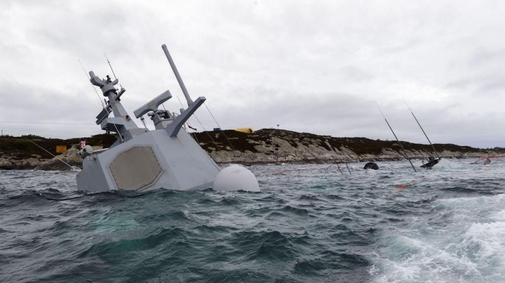 Den havarerte fregatten KNM Helge Ingstad fotografert onsdag 14. november. Fregatten ligger på grunn nord for Stureterminalen i Hjeltefjorden utenfor Bergen. Helge Ingstad Kolliderte med oljetankeren TS Sola fredag 8. november 2018.