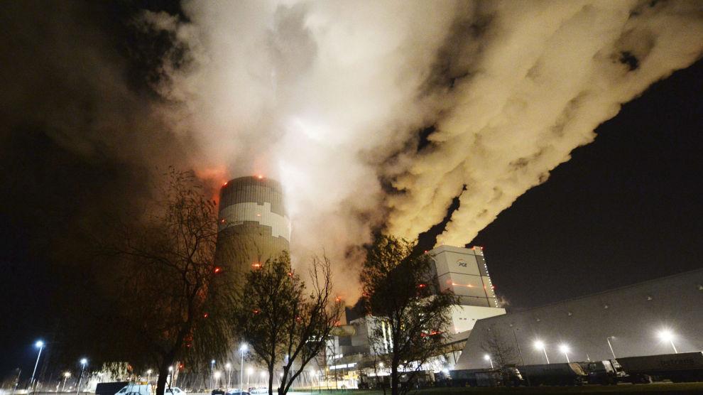 Røyk og damp stiger opp fra Europas største brunkull-kraftverk i Betchatow i Polen. Noen mil unna ligger Katowice, hvor klimaforhandlere fra hele verden forsøker å bli enige om et nytt regelverk for iverksettelsen av Parisavtalen. Foto: Czarek Sokolowski / AP / NTB scanpix