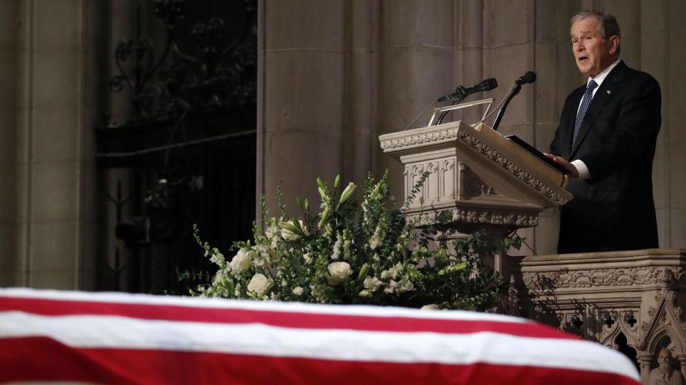 USAs tidligere president George W. Bush taler foran kisten til sin far, George H.W. Bush.