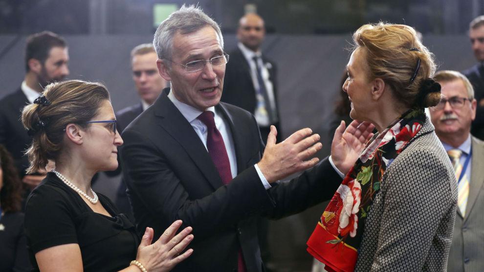 NATO har denne uka holdt utenriksministermøte ved alliansens nye hovedkvarter i Brussel. Her er generalsekretær Jens Stoltenberg sammen med Canadas utenriksminister Chrystia Freeland (til venstre) og Kroatias utenriksminister Majija Pejcinovic Buric (til høyre).
