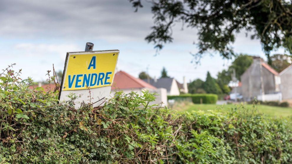 SPRÅKHJELP: Det er lurt at noen i husstanden snakker spårket i ladet dere skal kjøpe feriebolig i. Er du på jakt etter feriebolig i Frankrike, bør du vite at à vendre betyr til salgs på norsk.