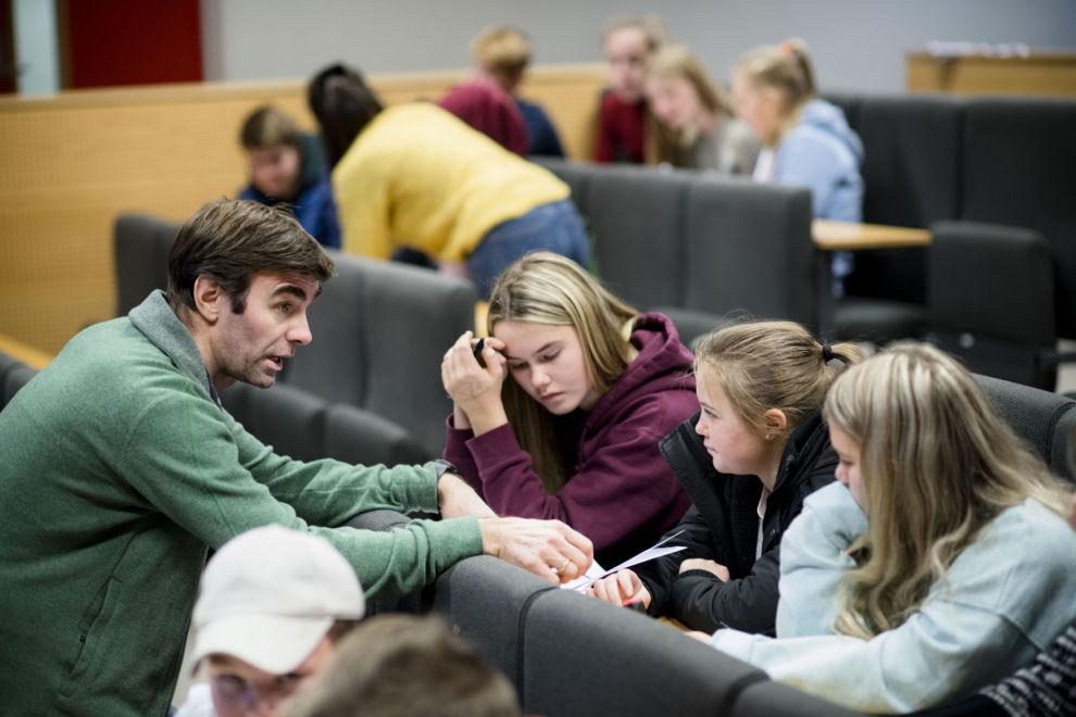 GODE RÅD: Eirik Hamre Korsen fra Økonomiglede gir gode innspill til elevene på Vardal ungdomsskole i Hunndalen utenfor Gjøvik.