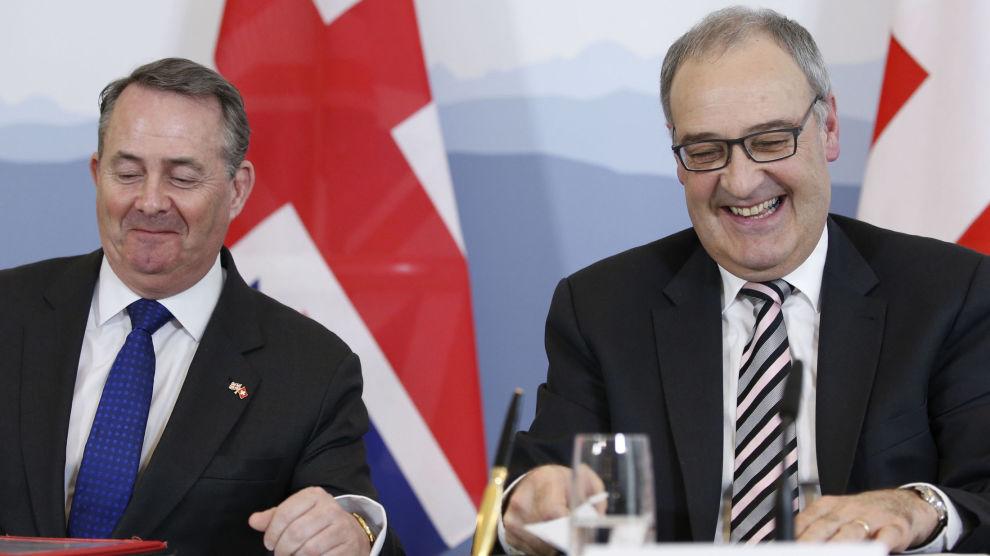 Sveits' økonomiminister Guy Parmelin og Storbritannias handelsminister Liam Fox i Bern mandag, der de undertegnet en handelsavtale som sikrer handelsforbindelsene mellom landene selv om Storbritannia skulle forlate EU uten en avtale.