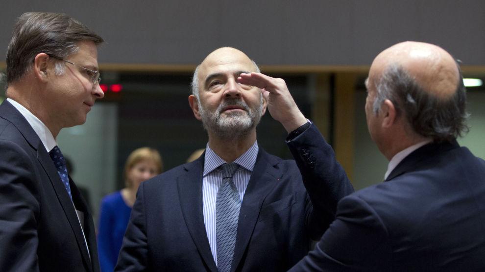 EUs finanskommissær Pierre Moscovici (i midten) i diskusjon med EU-kommisjonens visepresident Valdis Dombrovskis (til venstre) og ESBs visepresident Luis de Guindos (til høyre).