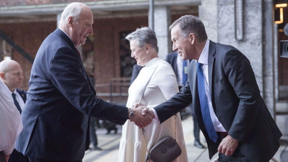 Kong Harald hilser på Nobelinstituttets direktør Olav Njølstad (t.h.) i forbindelse med fjorårets utdeling av Nobels fredspris.