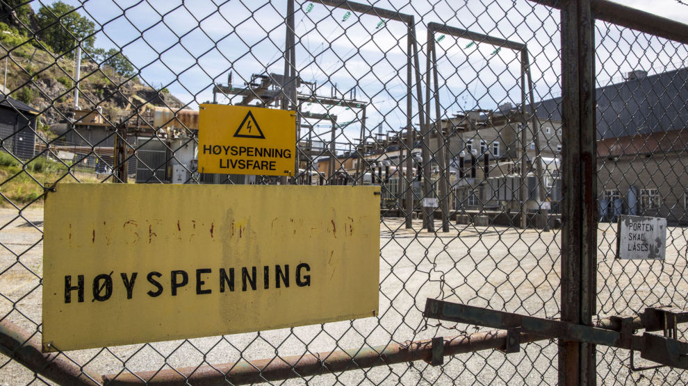 Haldenreaktoren, verdens eldste tungtvannsreaktor. Det har lenge vært kjent at Norge har 17 tonn høyaktivt atomavfall på lager fra atomvirksomheten til IFE på Kjeller og i Halden. Det er anslått at det det vil koste 14,5 milliarder kroner å rydde opp i dette.