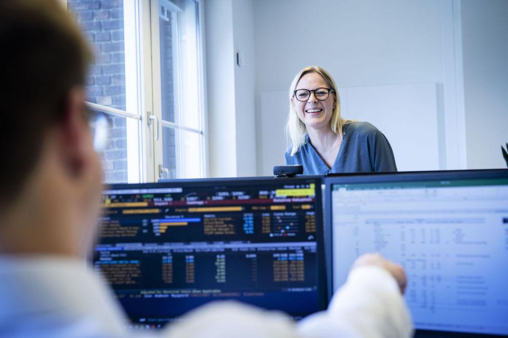 BEHOLDT FILOSOFIEN: Selv om ny hovedforvalter Cathrine Gether har gjort endringer, har hun sammen med kollegene beholdt investeringsfilosofien for Skagen Kon-Tiki. Her sammen med analytiker Espen Klette på Skagens Oslo-kontor.