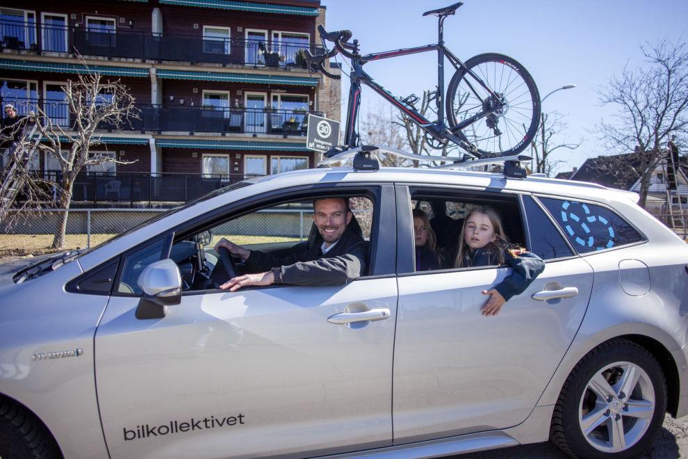 """SØRLANDET NESTE: Sykkelen er på plass på taket, og administrerende direktør i Bilkollektivet, Morten Munch-Olsen og barna Julie (6) og Simen (9) er klar for påsketur med """"delebil""""."""