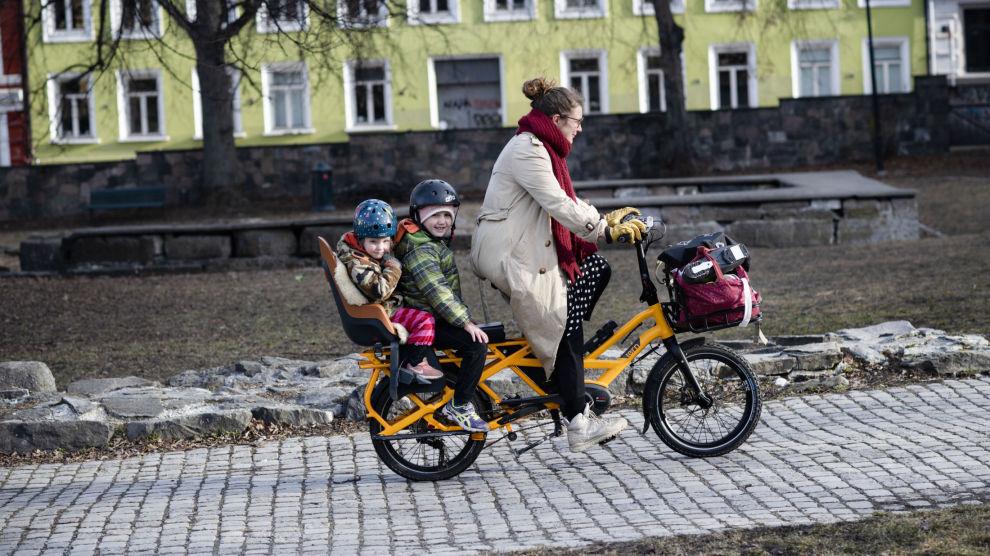 PLASS TIL ALT: For Kari Anne Solfjeld Eid og familien er lastesykleene viktige i hverdagen. Foran styret er det plass til bagasje, bak er det god plass til Ragnar (foran) og Barbro Eid-Lia.