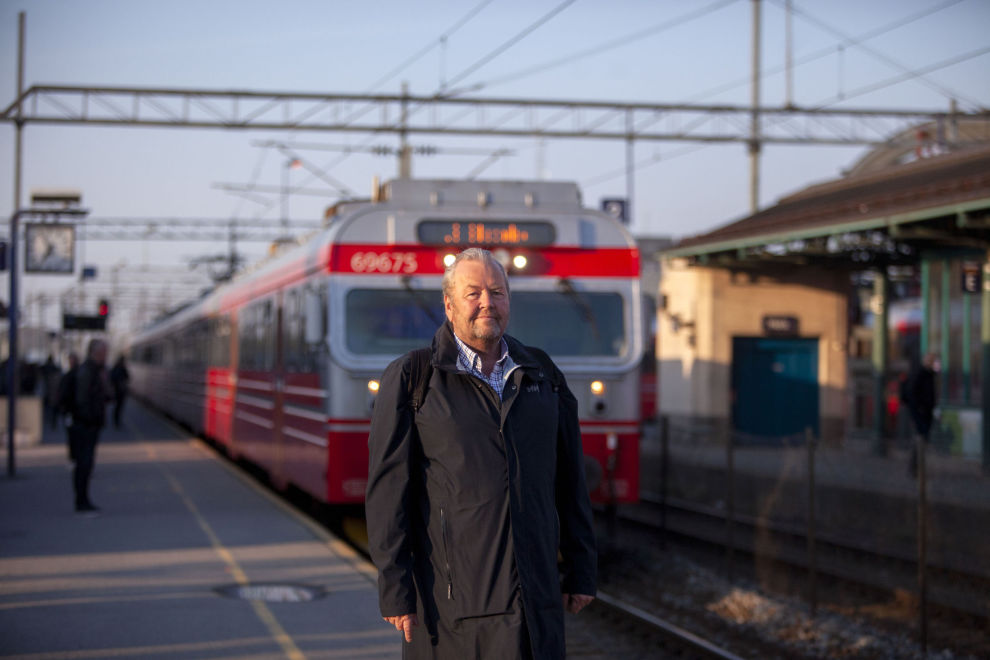 PENDLER I SOLOPPGANG: Hver morgen i syvtiden setter Marius Halvorsen seg på toget i Ski for å reise inn til jobb i DNB i Bjørvika.