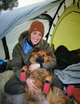 Bodil Gilje med hunden Ronja på fanget i vinter.