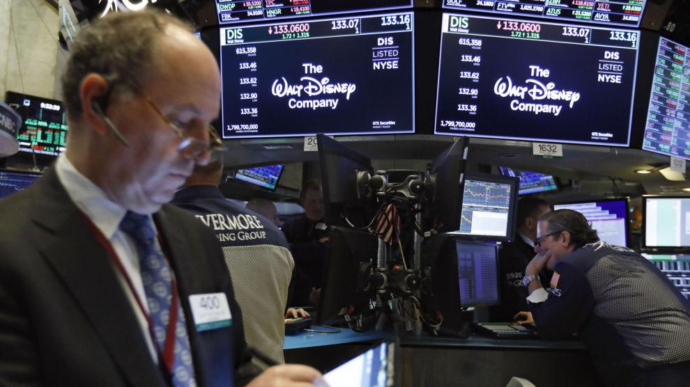 Investorene i New York reagerte positivt på Hulu-overtakelsen tirsdag. Foto: Richard Drew / AP / NTB scanpix