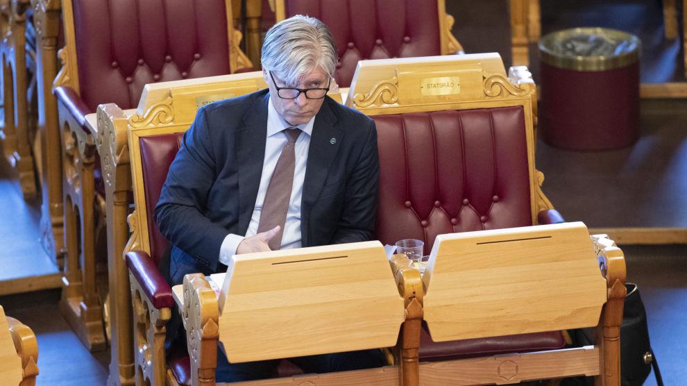 Klima- og miljøminister Ola Elvestuen (V) vil ikke begynne å diskutere hvordan elbilfordelene skal fjernes i framtiden, slik Høyres Henrik Asheim tar til orde for. Foto: Ryan Kelly / NTB scanpix
