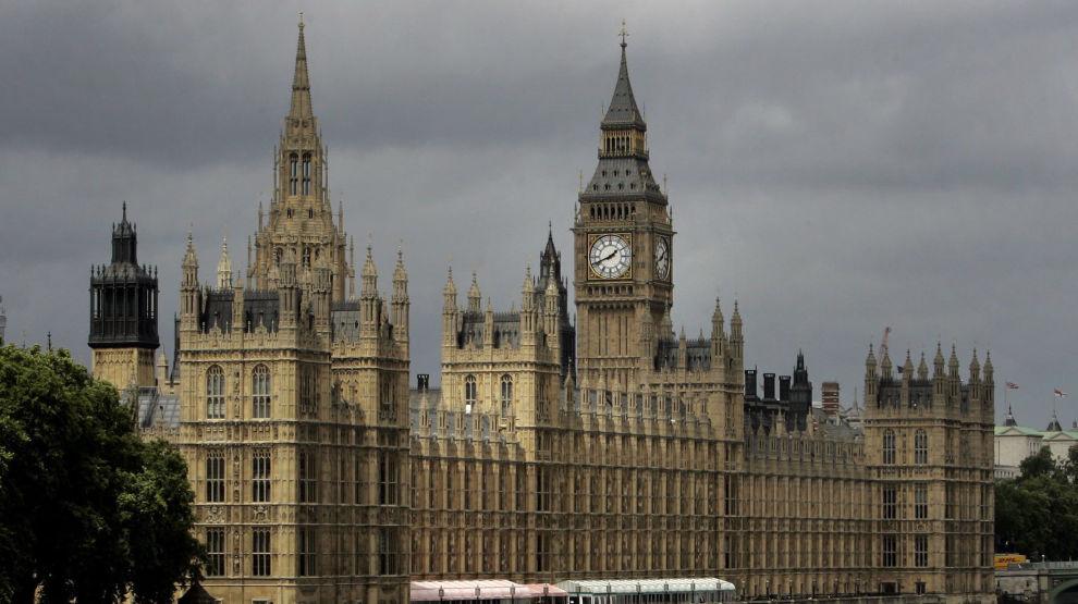 Parlamentet i London, sett fra Themsen. Et forslag som skulle sikre at de folkevalgte kan stanse en brexit uten avtale, fikk ikke flertall onsdag. Foto: Kirsty Wigglesworth / AP / NTB scanpix
