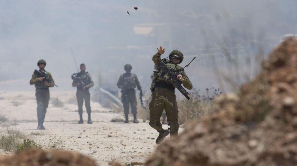 Israelske soldater brukte tåregass mot palestinske demonstranter under en protest mot USA nær bosetningen Beit El på den okkuperte Vestbredden tirsdag. Foto: Nasser Nasser / AP / NTB scanpix