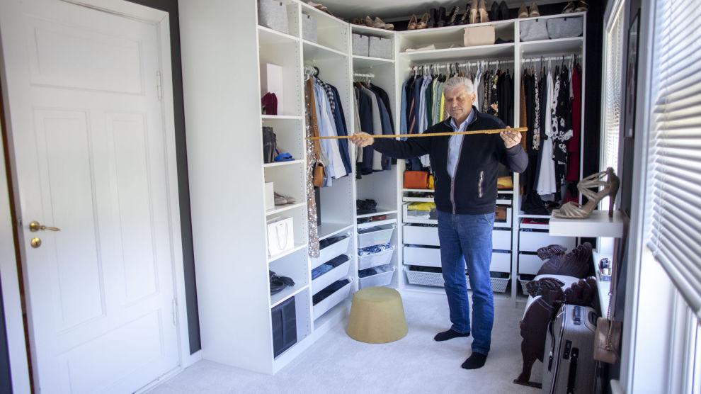 INNAFOR: Dette omkledningsrommet som takstmann Ole Øyvind Moen måler opp, er et oppholdsrom, siden det er rikelig med plass til å skifte klær, stelle og pynte seg.