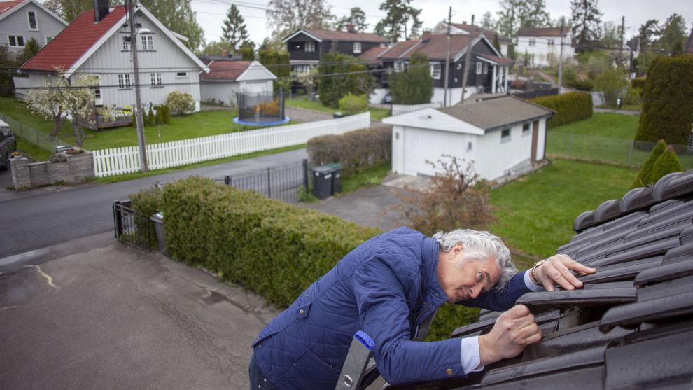 REPARÉR: Fiks taket før salg dersom det lekker, råder taktsmann Vidar Aarnes, som her sjekker eget tak på Nordstrand i Oslo.