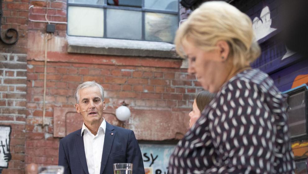 Statsminister Erna Solberg (H) og partileder Jonas Gahr Støre (A) møttes til duell mandag kveld. Bildet er fra forrige gang de møttes til duell, for en uke siden. Foto: Terje Pedersen / NTB scanpix