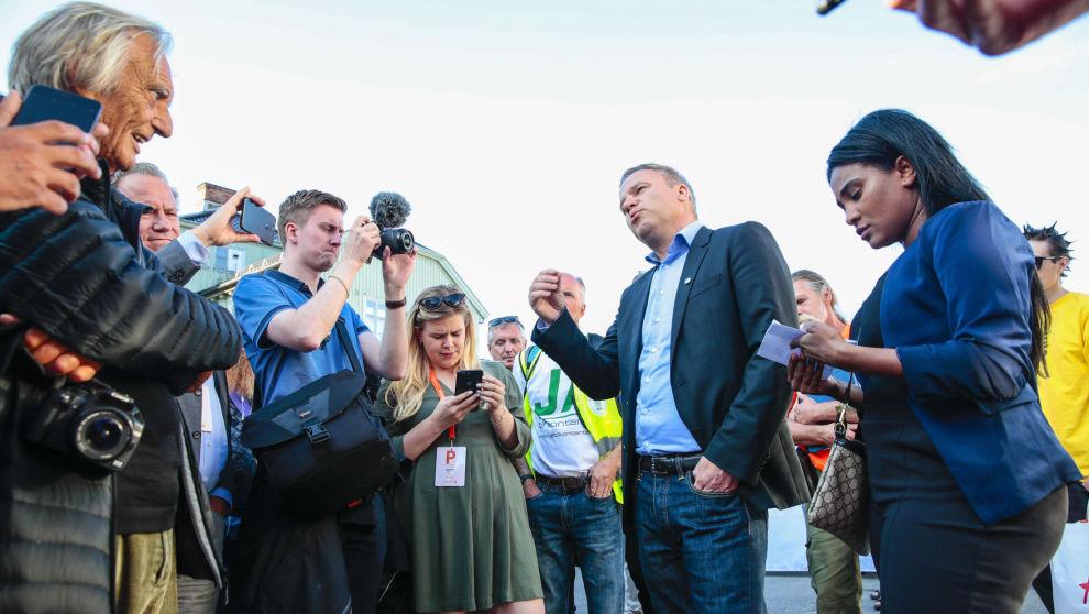 Helge Lurås og Shurika Hansen fra Ytringsfrihetsforbundet møtte opp for holde en appell da de tirsdag ble nektet å gjennomføre sitt planlagte arrangement under Arendalsuka. Foto: Håkon Mosvold Larsen / NTB scanpix