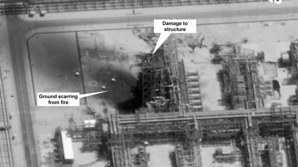 Amerikanske myndigheter har offentliggjort dette satellittbildet fra saudiarabiske Aramcos oljefelt i Buqyaq etter lørdagens angrep. Foto: Digital Globe via AP / NTB scanpix