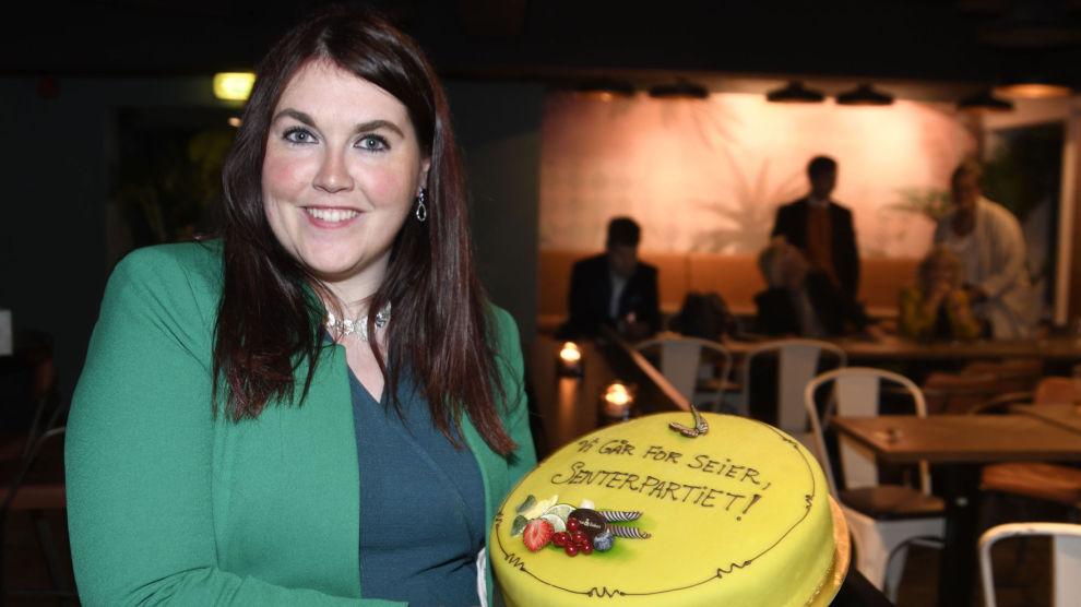 Tromsø Senterpartis førstekandidat Marlene Bråthen feiret brakvalget i Tromsø med kake. Nå har partiet bestemt seg for å samarbeide med den rødgrønne siden. Foto: Rune Stoltz Bertinussen / NTB scanpix