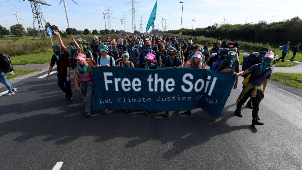 Miljøaktivister marsjerte til Yaras anlegg i Brunsbüttel i Schleswig-Holstein mandag. Foto: Carsten Rehder / DPA / NTB scanpix