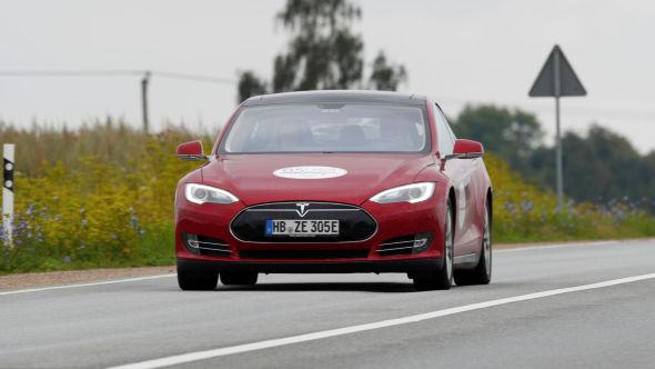 FREM OG TILBAKE: Teslas henvisningsprogram ble avsluttet på nyåret, men har etter det blitt gjeninnført i forskjellige former. I august meldte elbilprodusenten at det igjen er gratis superlading i vervepremie for nye bestillinger av Model S og X.