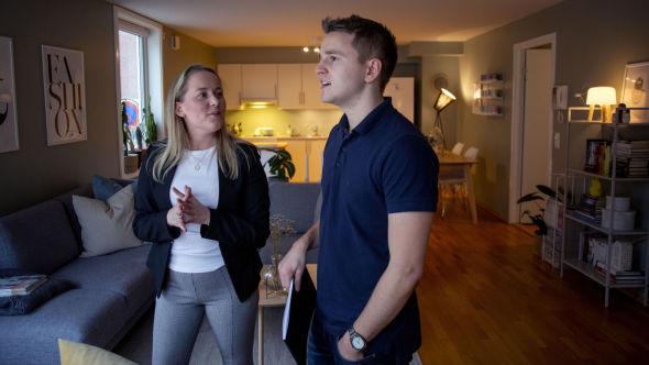 PÅ BOLIGJAKT: Terje Rensel har vært på en håndfull visninger i Drammen den siste tiden. Han håper å ha flyttet inn i ny bolig før jul. Her med megler Johanna Finnby i Nordvik Drammen.