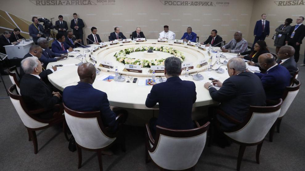 President Vladimir Putin i møte med noen av deltakerne på det russisk-afrikanske toppmøtet som han har invitert til. Foto: AP / NTB scanpix