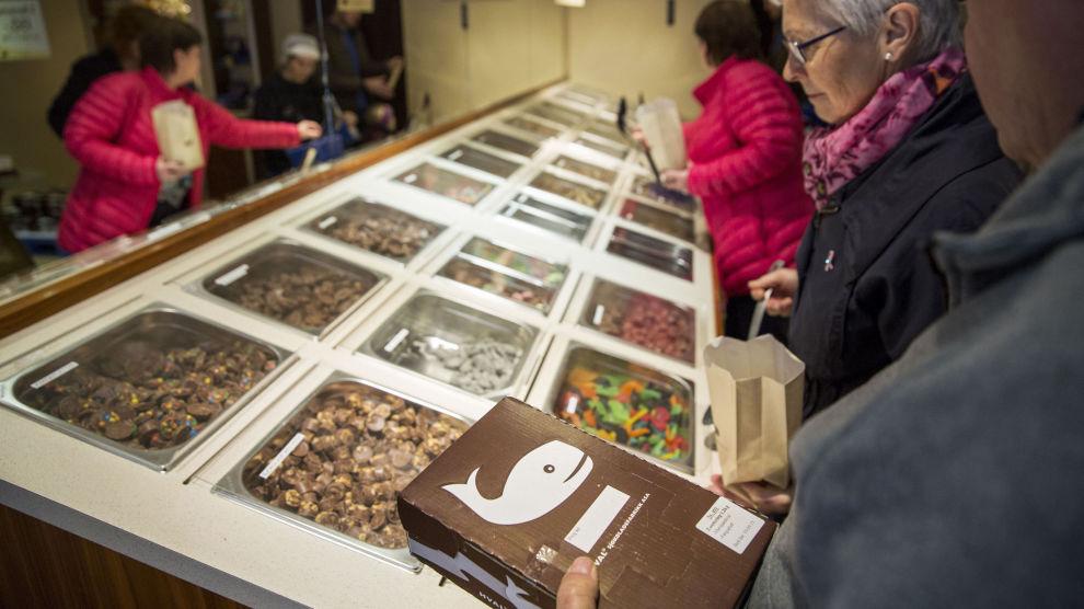 Hval Sjokoladefabrikk i Sandefjord selger 500 tonn sjokolade i året. Nå ber de EFTAs granskingsorgan ETA gjenåpne klagen på den særnorske sjokoladeavgiften. Foto: Tore Meek / NTB scanpix