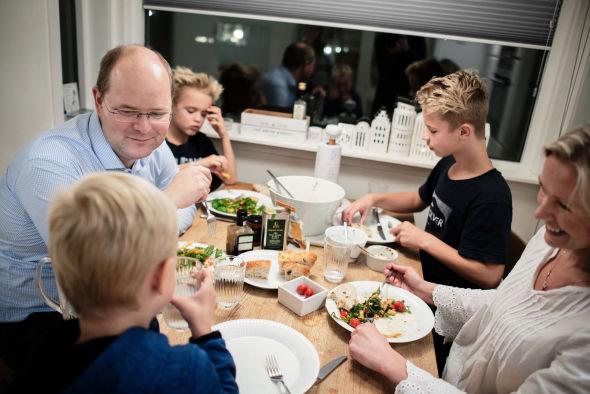 ROLIG STUND: Innimellom jobb, skole og fotballtreninger er det godt for familien Vesterkjær, bestående av pappa Rune, mamma Merete og guttene Isak (13), Daniel (10) og Markus (7), å samles rundt middagsbordet.