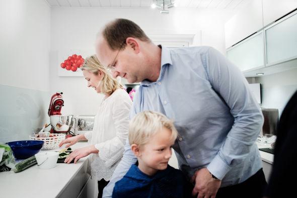 HJELPERE: Både store og små, sistnevnte representert ved syvåringen Markus, hjelper til når middagen skal forberedes.