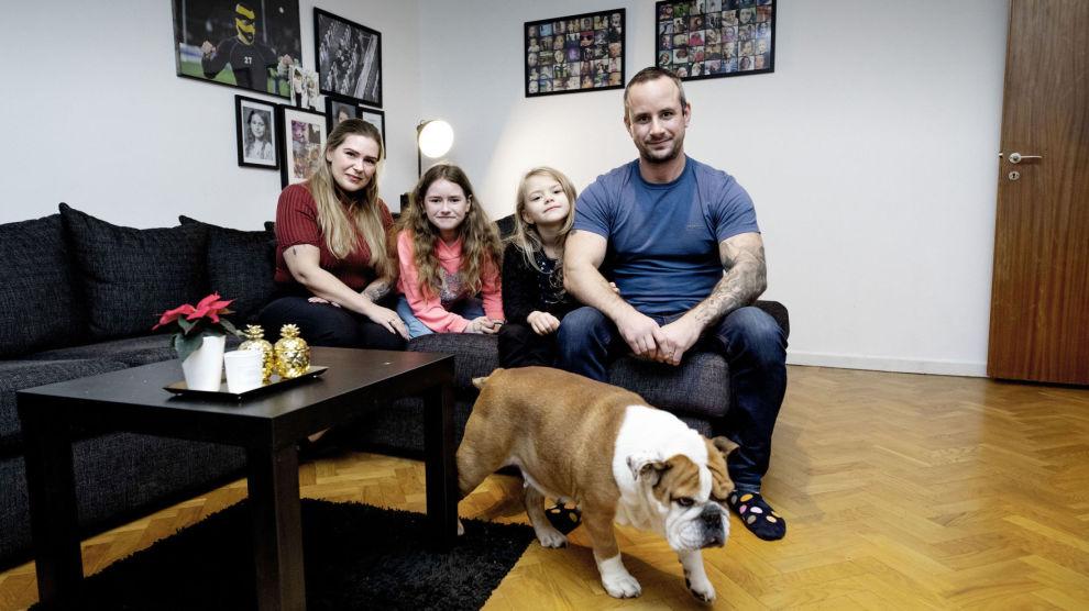 TRAVLE: Familien Sörnskog, som består av mamma Stine, barna Athina (10) og Diana (7) og pappa Robin, i tillegg til den engelske bulldogen Bianca, har en travel hverdag, og det var til slutt Robin som fikk idéen om å betale noen for å vaske for dem.