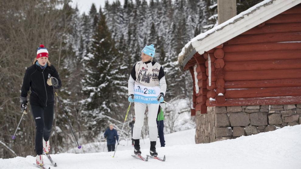EKSPERTHJELP: Skiinstruktør Siri Halle i Learn2ski med elever på langrennskurs ved Frognersetern i Oslo. Her er Siri Halle igang med å instruere Ylva Haig. Foto: Geir Olsen