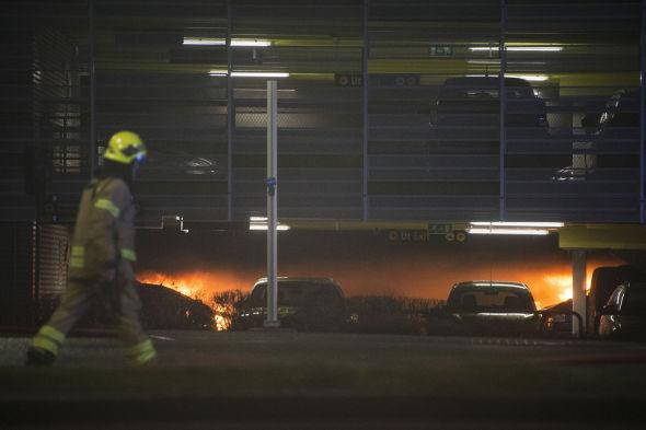 STORBRANN: Arbeidet med å slukke brannen på Sola var tidkrevende og vanskelig for brannmannskapene.