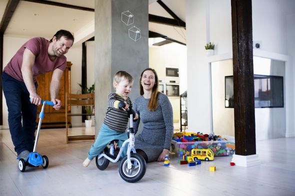 SPARSOMMELIG: Det er ikke mange som kan skryte av å sitte med en nedbetalt Oslo vest-leilighet som 31-åring. Det kan Pengesnakk-blogger Lise Vermelid Kristoffersen, her avbildet sammen med mannen Tom og sønnen Emrik (2).
